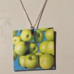 De här äpplena fotade jag på Hötorget i ett av stånden. De ser ut som en Magritte tavla, eller flygande äpplen.