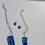 Härligt blå färger, med abstrakta mönster. hänge med silverkedja eller kedja i rostfritt stål. Örhängen med krokar i silver.